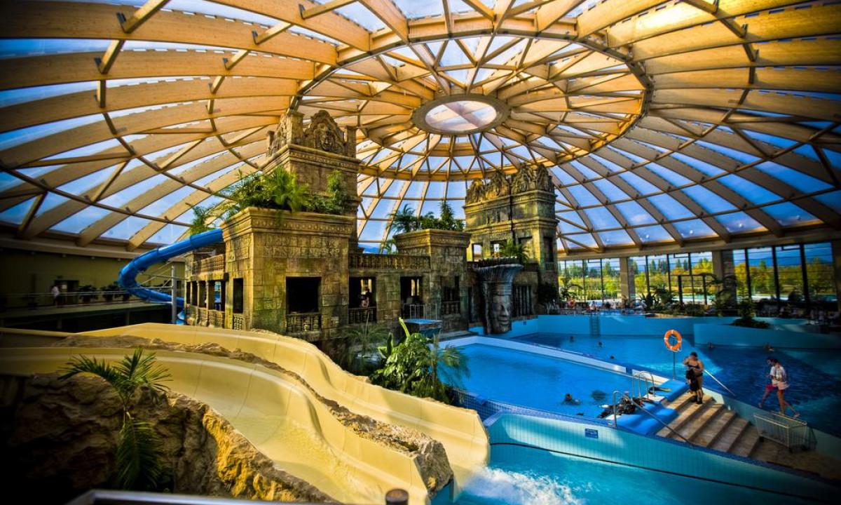 Indendørs badeland på AquaWorld resort