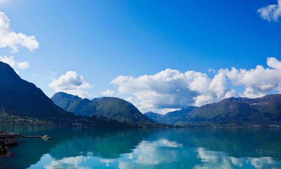 Bjerge og spejlglans i idyllisk natur