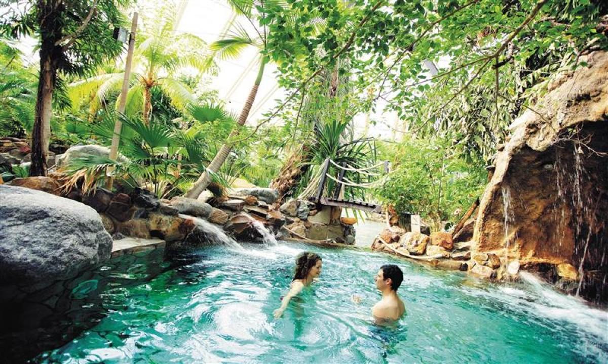 Par i pool på Badeland Les Trois