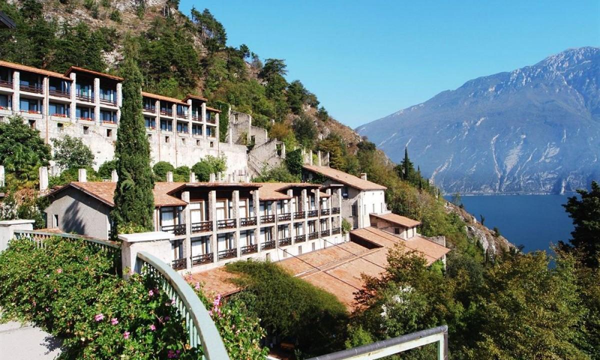 Hotel med rødt tag ud til Gardasøen