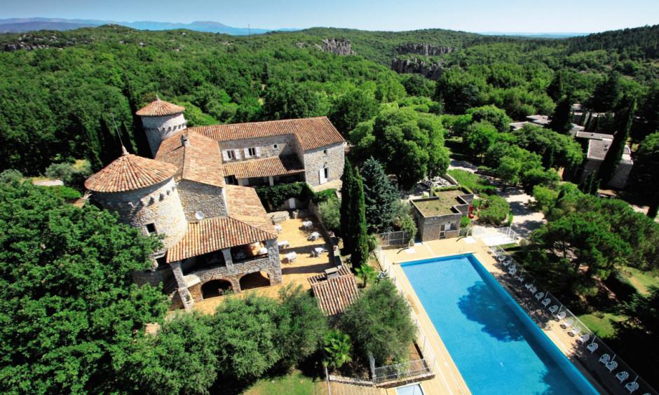 Lou Castel - pool og bygning