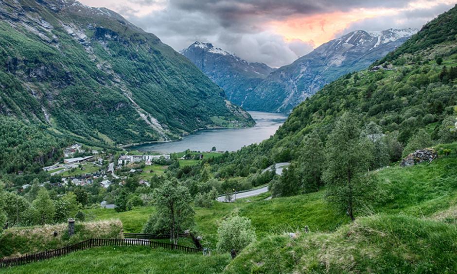Norge - Bjerge med sø i dalen