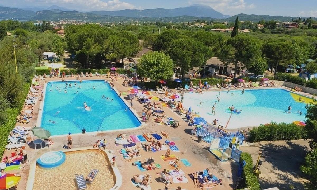 To poolområder ved Camping Cisano San Vito