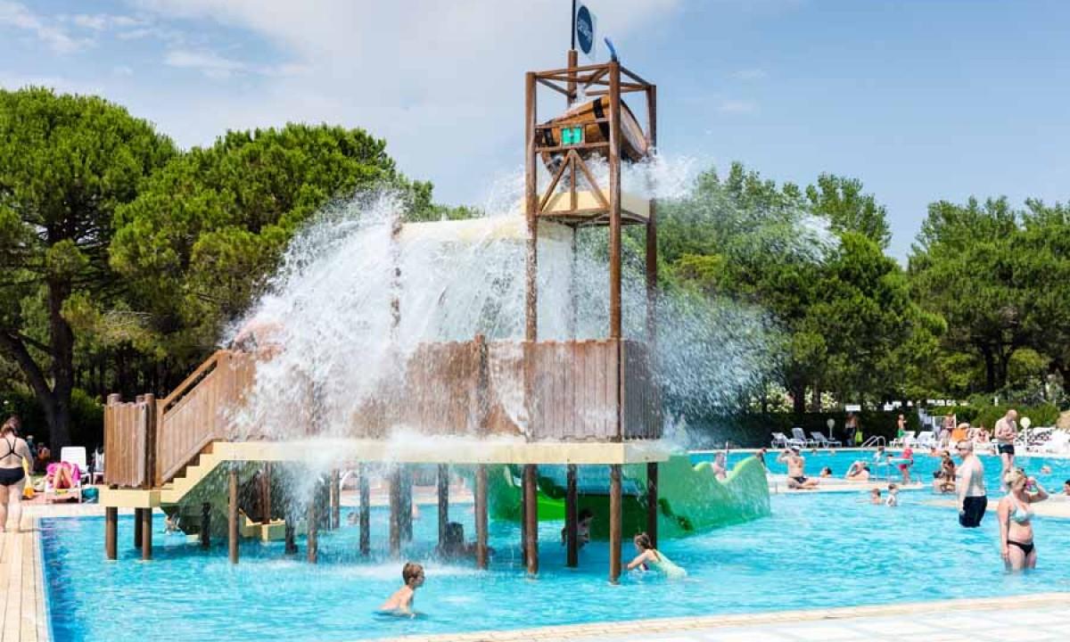 Poolområde med børn og vandplask
