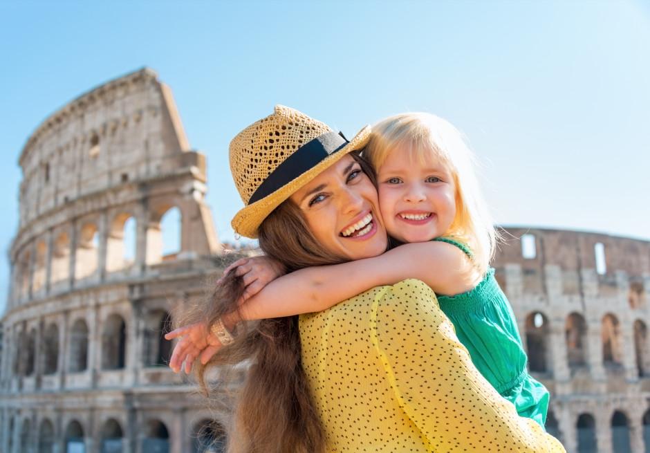 Mor og datter foran Colusseum i Rom