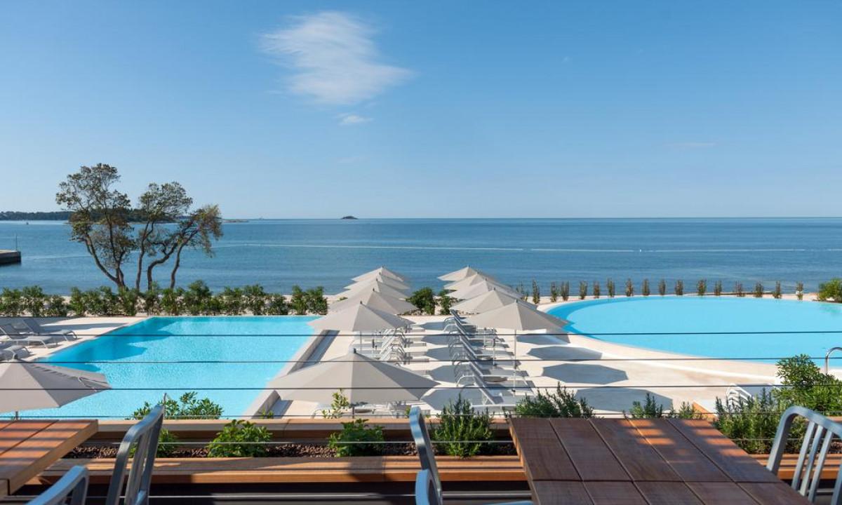 Lækkert poolområde på Amarin med havudsigt