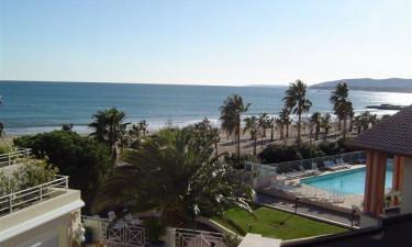 Poolomraade og strand ved siden af feriestedet Cap Hermes