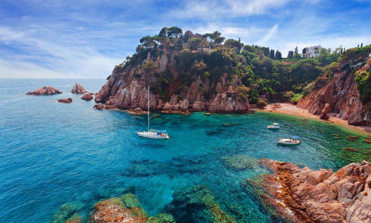 Bugt i Spanien omgivet af klipper