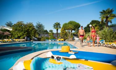 Underholdende poolområde med vandrutsjebaner