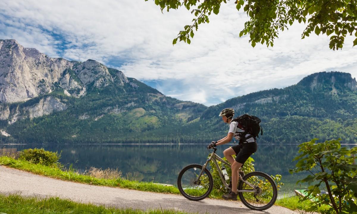 Tyrol i Oestrig - Mand paa mountainbike ved soe