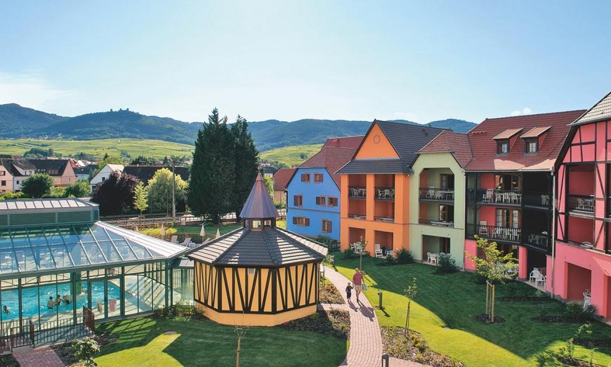Le Clos d'Eguisheim i Alsace - Udsigt over boligerne, pool samt bjerge