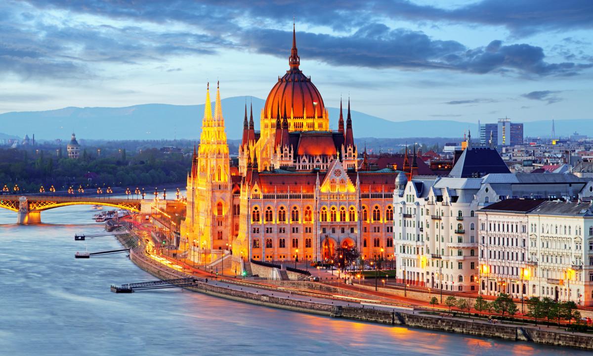 Budapest - Det ungarske parlament ved aften