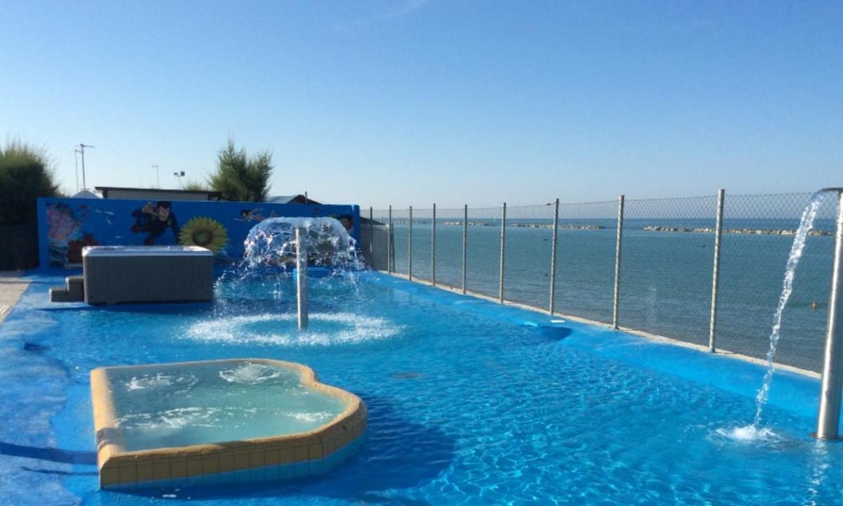Swimmingpool med udsigt til havet