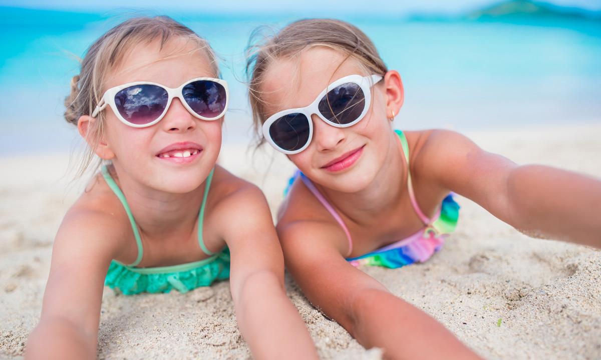 To børn på stranden