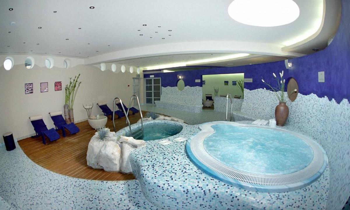 Indendoers wellnessomraade med spa paa Hotel Diamant