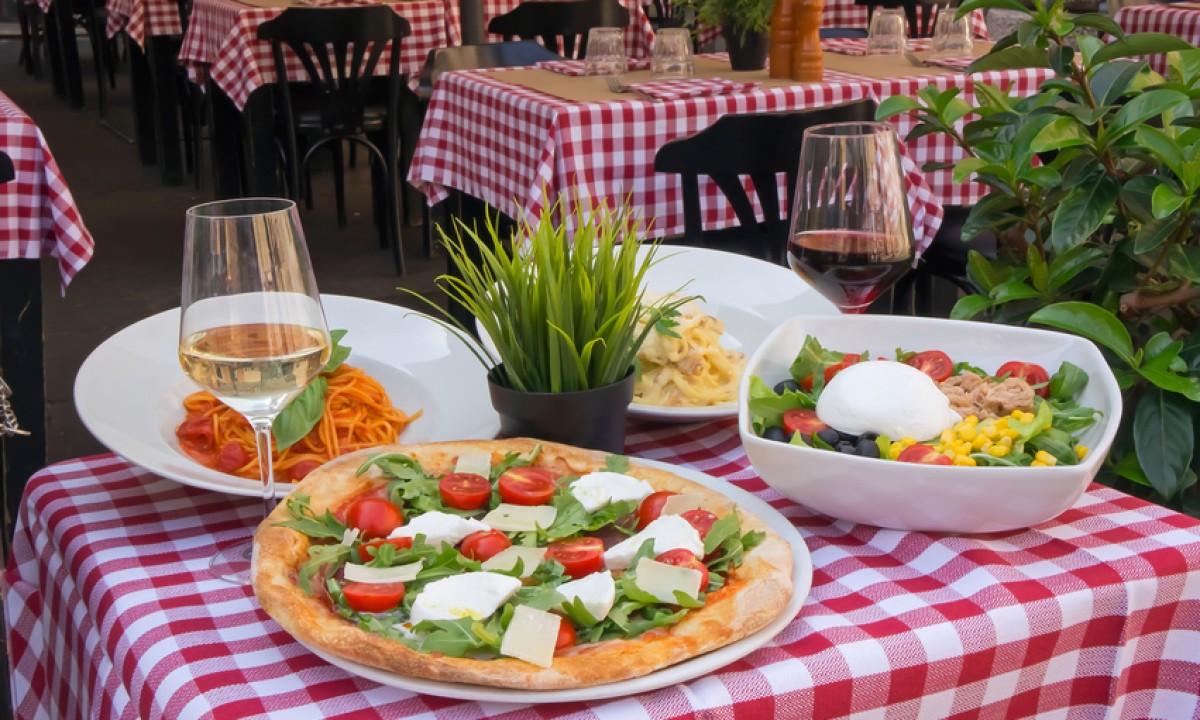 Italiensk pizza, tomatsalat og hvidvin
