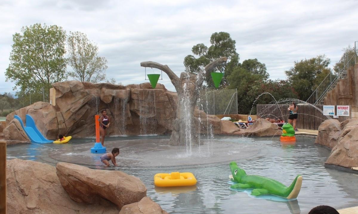 Børn leger i poolen