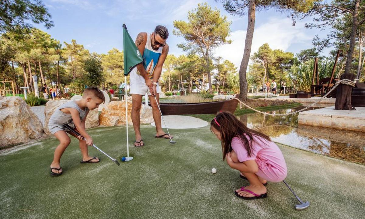 Minigolf paa Zaton Holiday Resort
