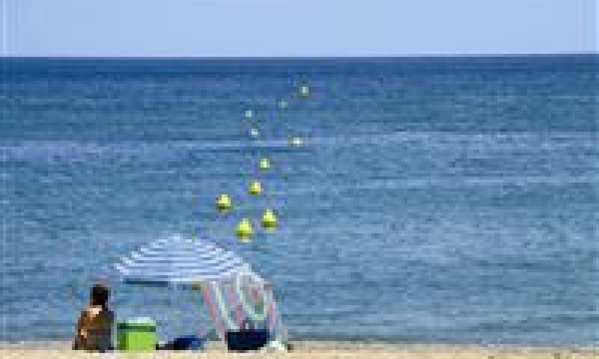 Under en parasol på stranden