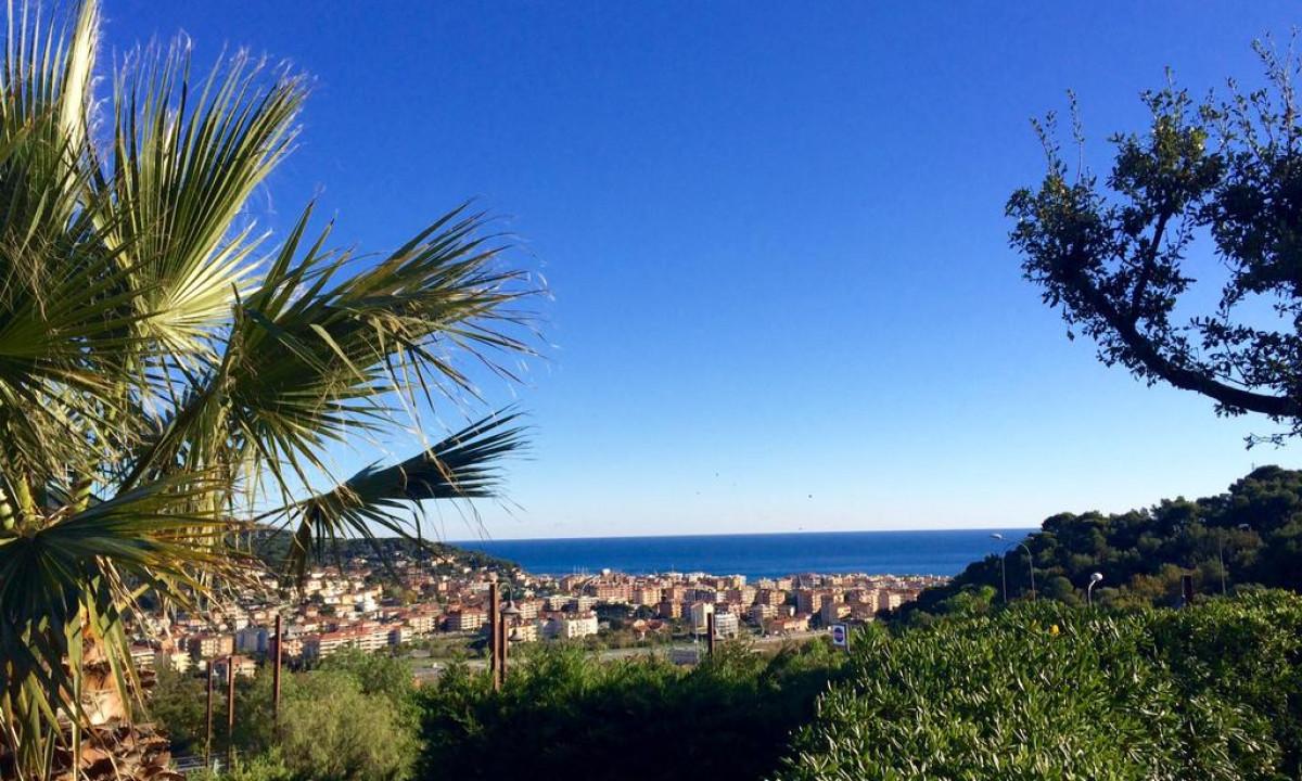 Panoramisk udsigt til Middelhavet fra Villaggio Colombo