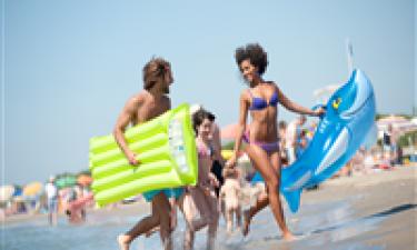 Skønt poolområde og børnevenlig sandstrand