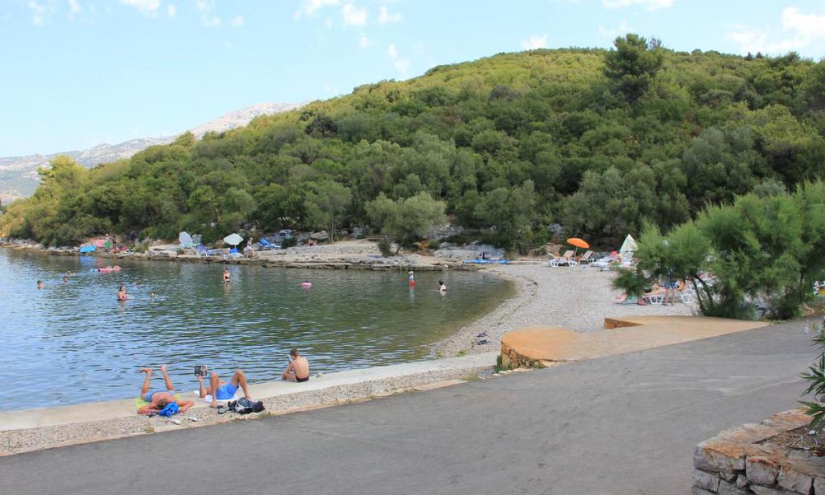 Den børnevenlige strand på Camping Port 9