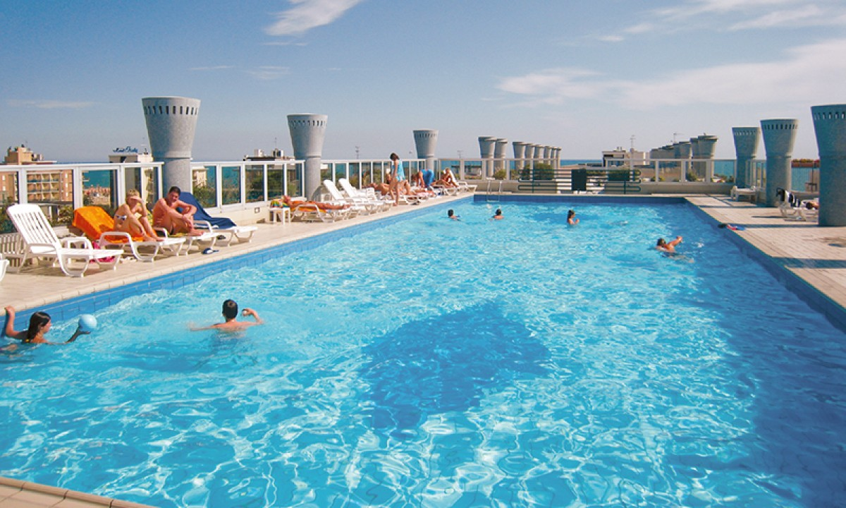 Tagterrasse med pool paa Residenza delle Terme