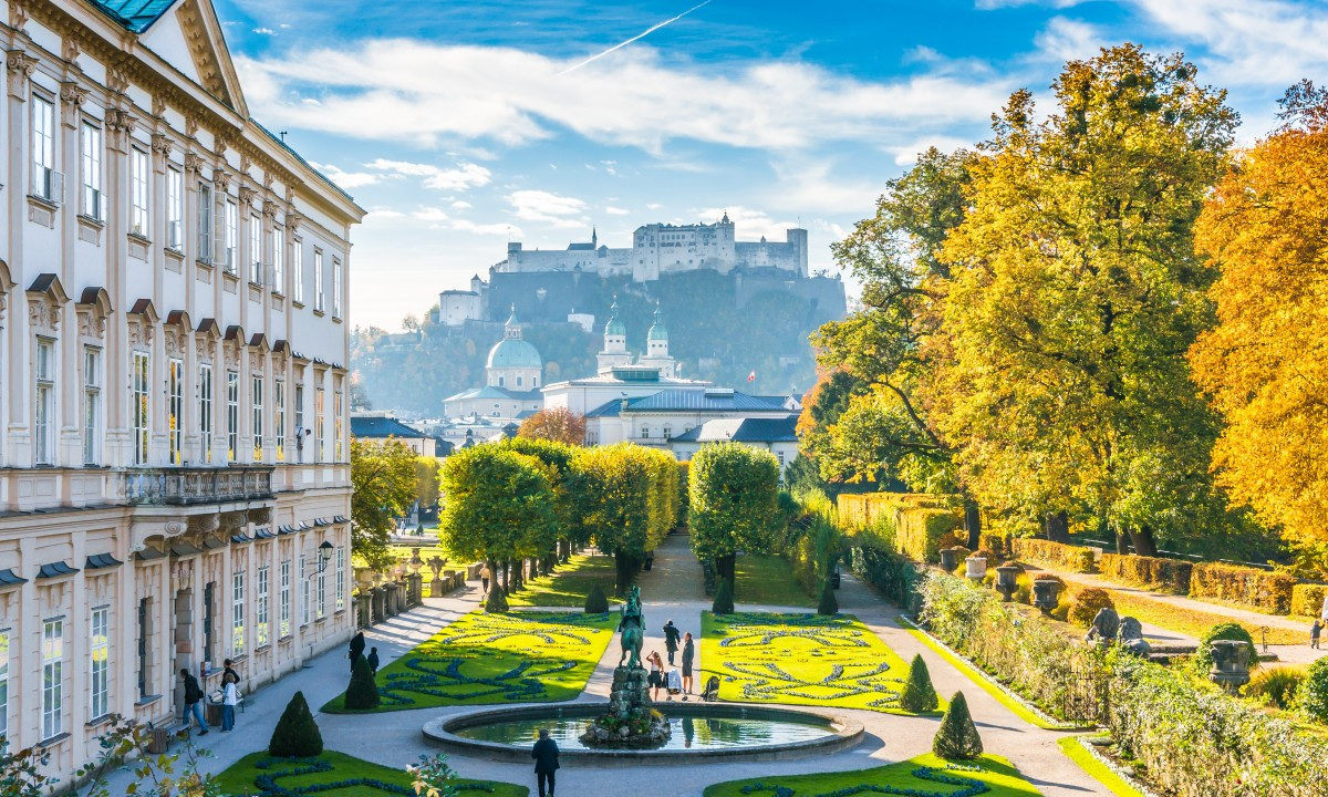 Salzburg i Oestrig - Smuk have foran slot