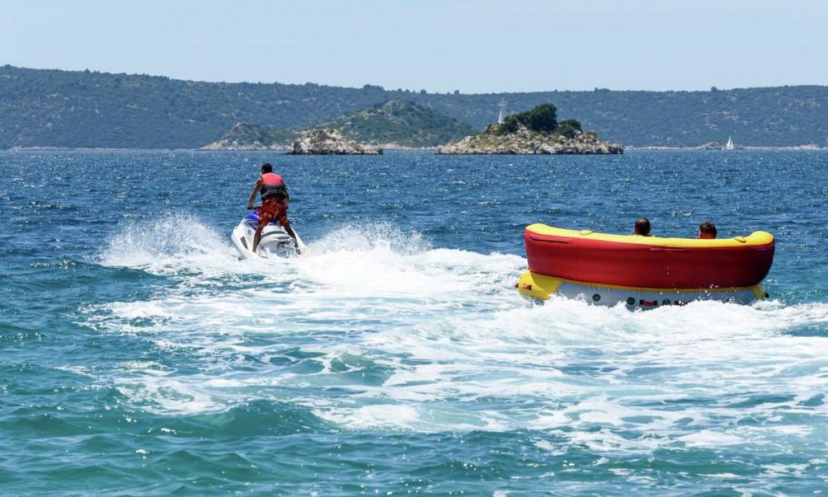 Vandsportsaktiviteter ved Medena strand