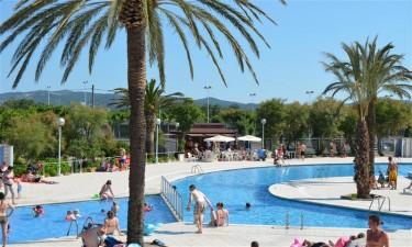 Delfinformet pool og direkte adgang til privat strand
