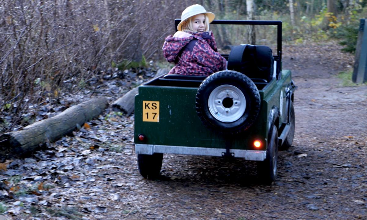 Viola i lille grøn jeep til børn