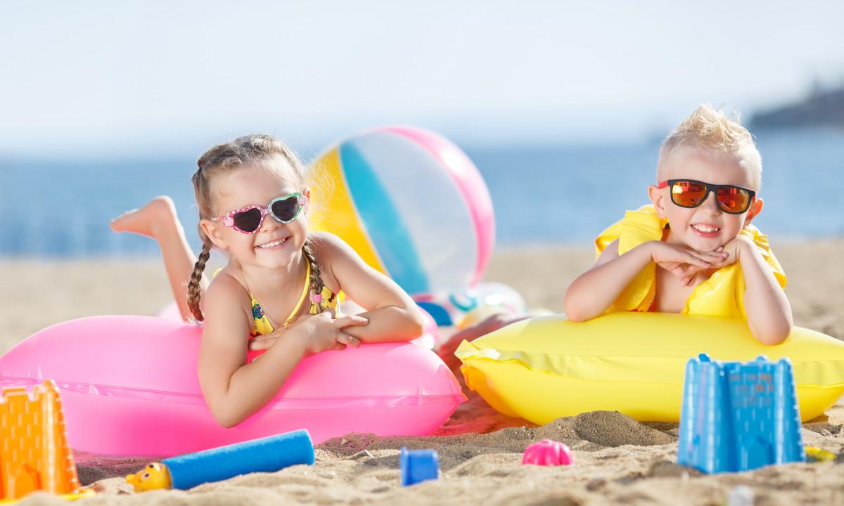 Strand - To badebørn med strandlegetøj