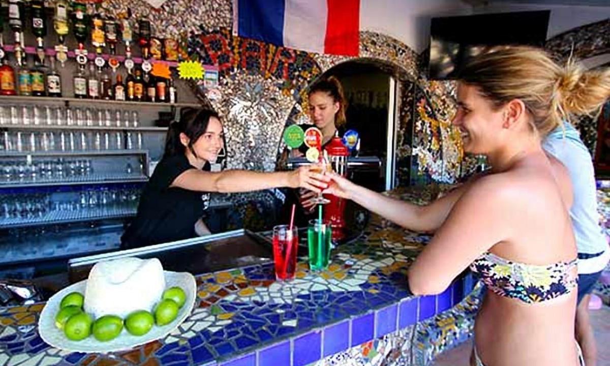 Få en drink i baren