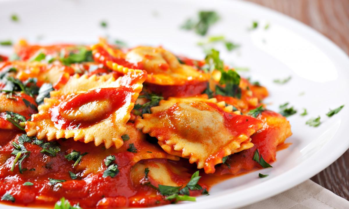 Ravioli pasta med tomatsovs