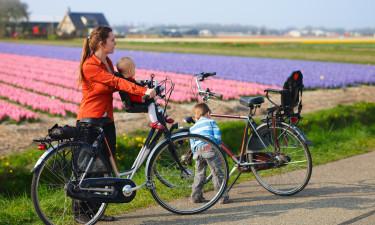 Mor og barn paa cykeltur i den hollandske natur