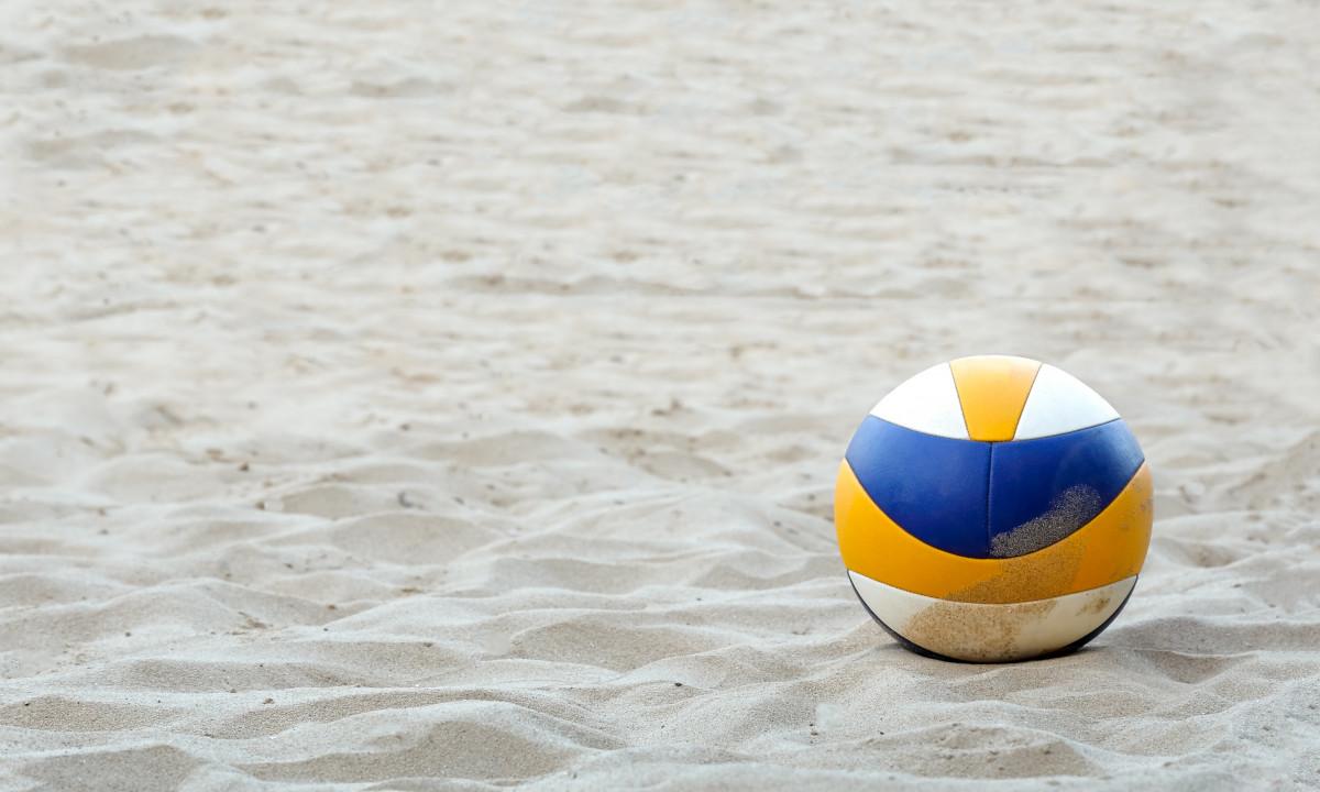 Spil beachvolley på stranden