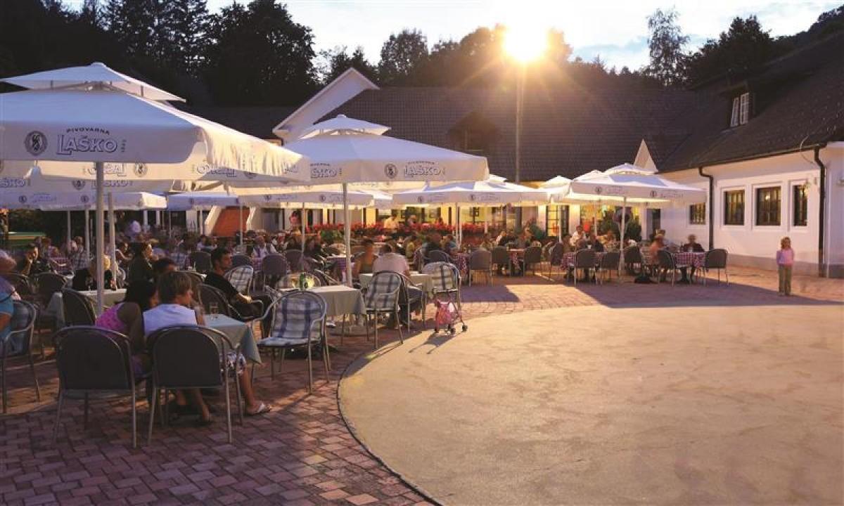 Restaurant paa torvet mellem feriehusene