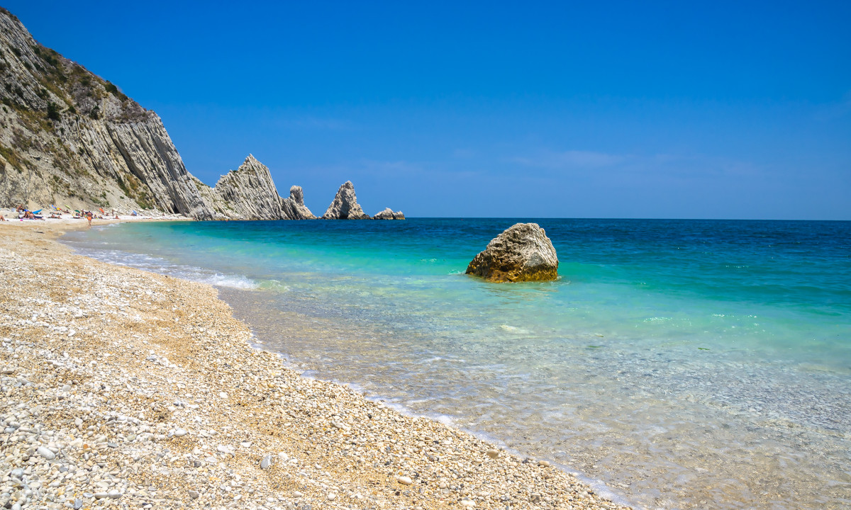 Adriaterhavskysten - Klipper rager op af azurblåt vand