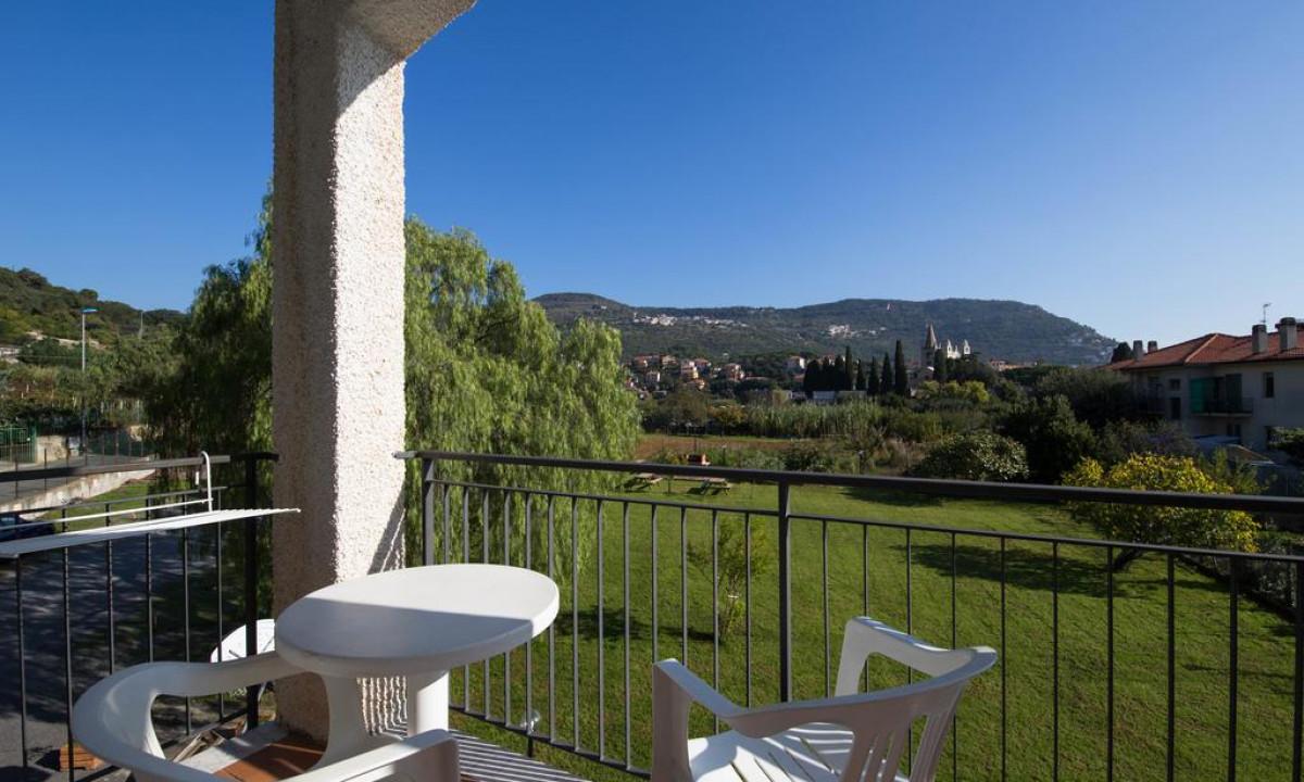 Udsigt til omgivelserne fra balkon paa Riviera