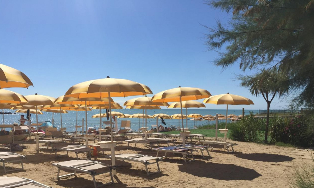 Stranden med tilhoerende liggestole