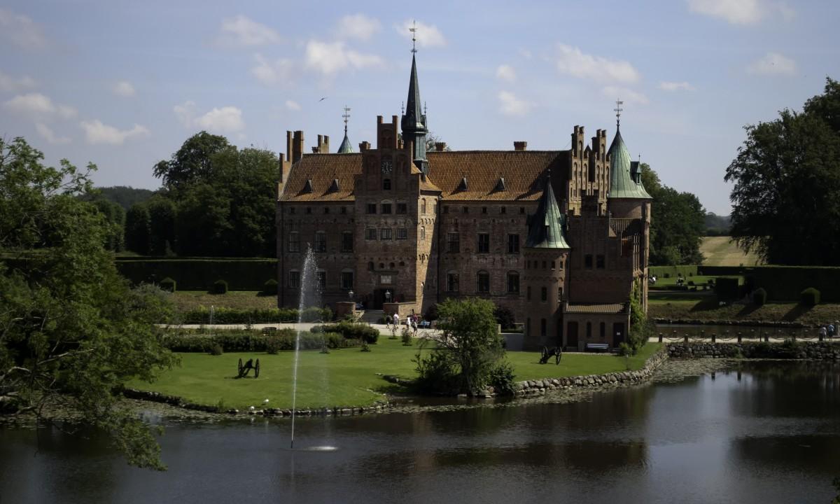 Egeskov slot paa Fyn i Danmark