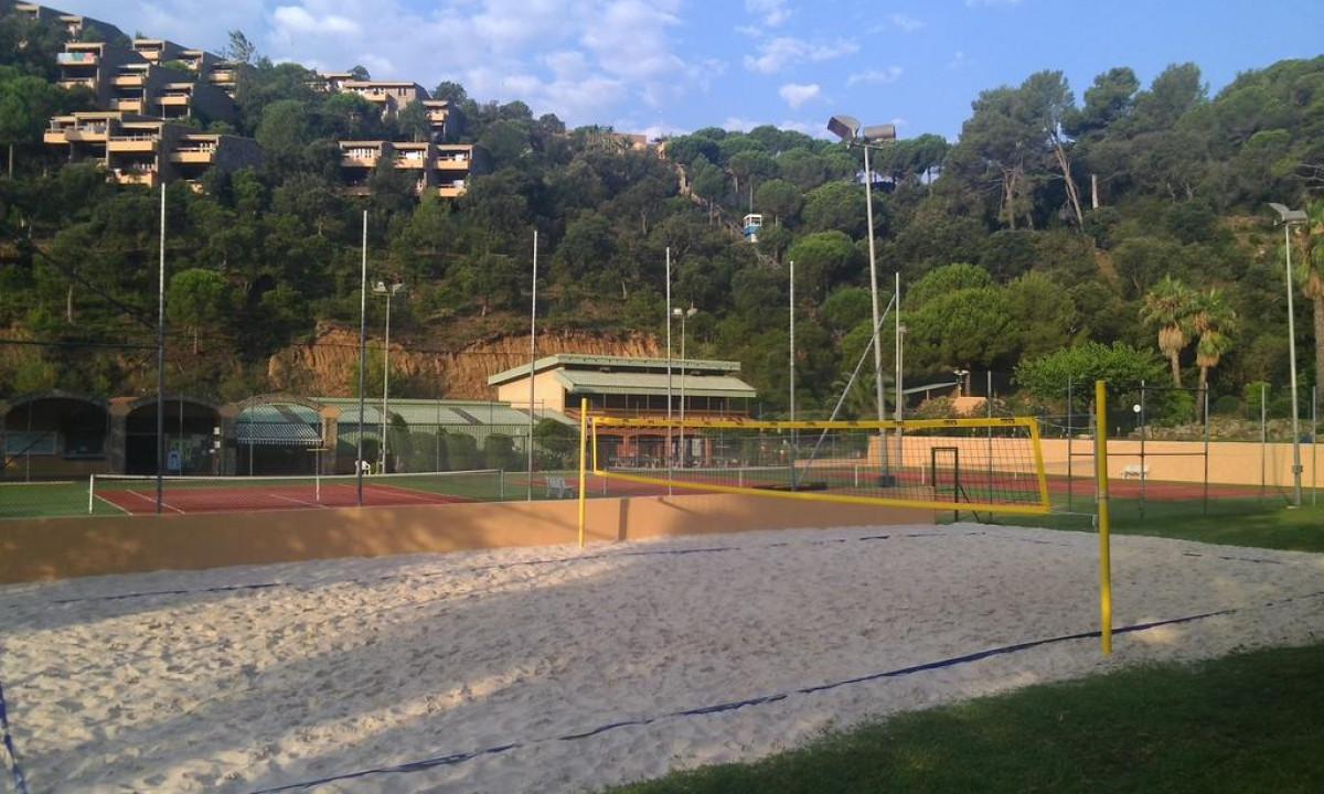 Beachvolleybane og tennisbaner paa Giverola Resort