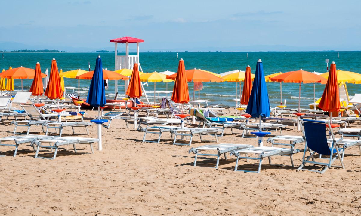 Lignano Sabbiadoro - Stranden med liggestole og parasoller