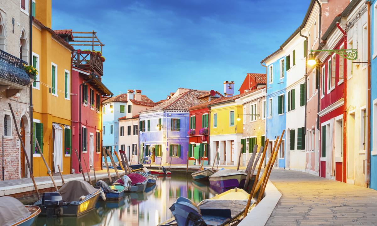 Venedig i Italien - Smaa kanaler rundt i byen samt farverige bygninger