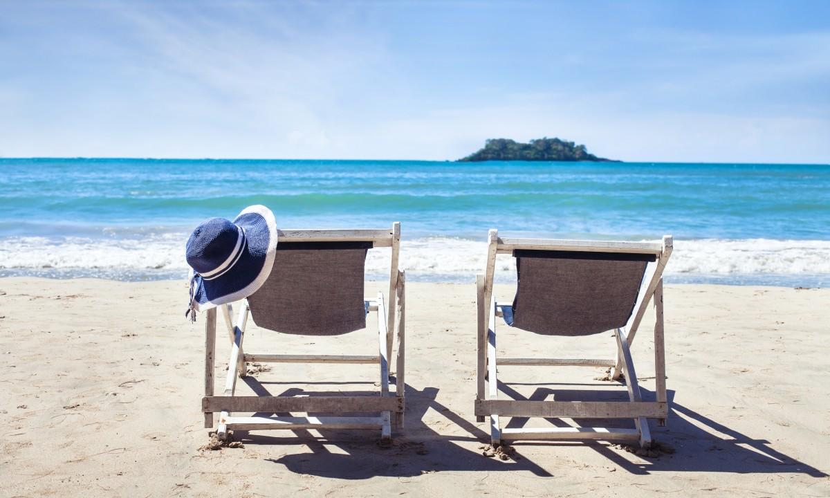 Strandstole paa en strand i Spanien