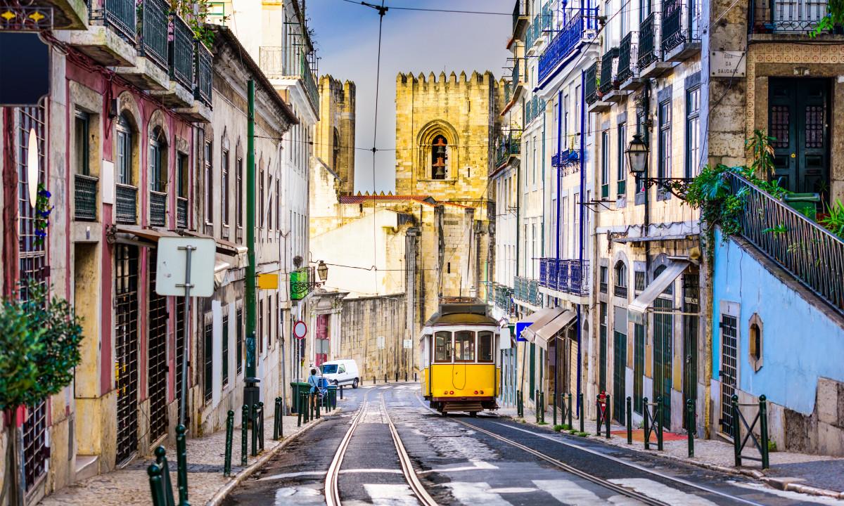 Lissabon i Portugal - Sporvogn i gaderne