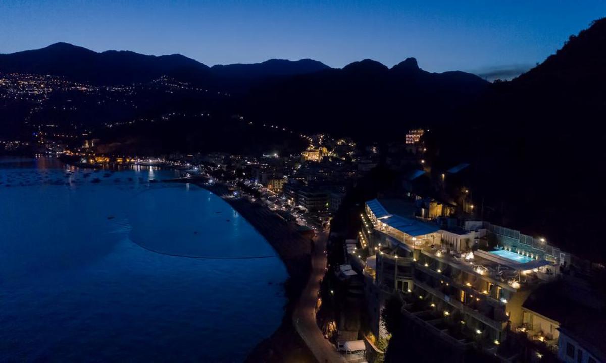 Club Due Torri - Om aftenen lyser klippevæggene op