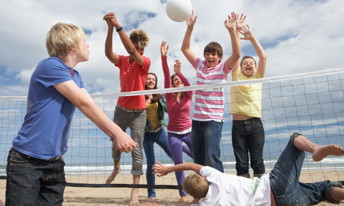 Spil - Drenge spiller beach-volley