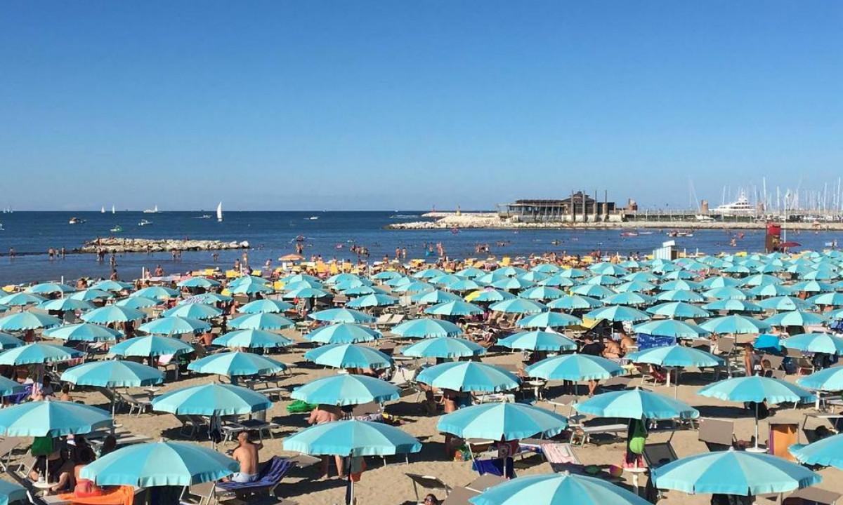 Parasoller på stranden - Badested i Rimini