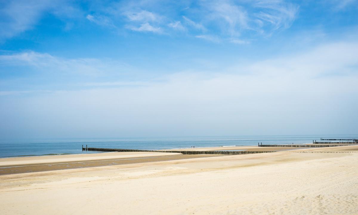 De brede sandstrande